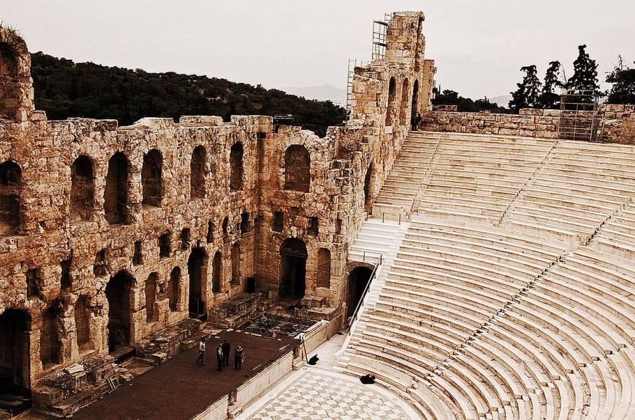 """<strong>Teatro de HerodesÁtico, <a href=""""http://viajeaqui.abril.com.br/cidades/grecia-atenas"""" target=""""_blank"""" rel=""""noopener"""">Atenas</a>, <a href=""""http://viajeaqui.abril.com.br/paises/grecia"""" target=""""_blank"""" rel=""""noopener"""">Grécia</a></strong>De beleza única e impactante, essa construção fica em uma região privilegiada de Atenas, ao lado do mais antigo teatro do mundo: o de Dionísio. Esse último, palco de tragédias como<em>Édipo Rei,</em>é marcado como o berço da cultura artística ocidental. Sem diminuir a importância de seu vizinho, o aristocrata Herodes Ático ergueu, em meados do século 2 d.C, um lugar que serviria de homenagem a sua falecida esposa Regilia. Sua estrutura, abalada durante a invasão dos hérulos, só foi restaurada no século 19e nos anos 1950. Hoje, o lugar recebe orquestras e outras apresentações que costumam ter lotação máxima, principalmente no verão"""