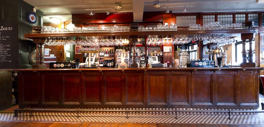 """<a href=""""http://www.thecommercialhotelhernehill.co.uk/"""" rel=""""The Commercial"""" target=""""_blank""""><strong>The Commercial</strong></a>        Em Herne Hill, na região de Brixton, é muito mais iluminado e arejado do que a média. Teto branco, piso de madeira e poltronas confortáveis convidam a um café expresso ou a que se aprecie a boa carta de lagers. Quanto às ales, as marcas do dia mudam, mas nunca há menos de quatro, como a ótima Doom Bar. <em>212 Railton Road, Herne Hill</em>"""