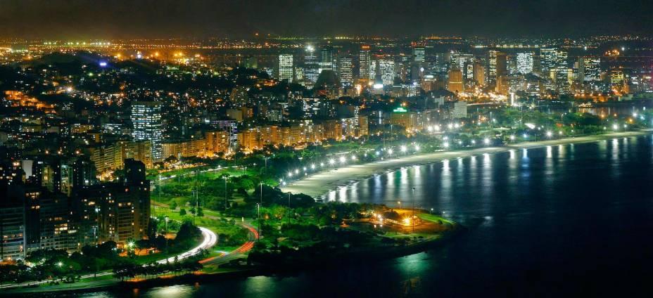 Vista aérea do aterro do Flamengo, à noite