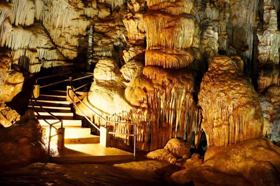 """A Caverna do Diabo, em <a href=""""http://viajeaqui.abril.com.br/cidades/br-sp-eldorado"""" rel=""""Eldorado (SP)"""" target=""""_blank"""">Eldorado (SP)</a>, tem aproximadamente 600 milhões de anos possui 8 km de extensão"""