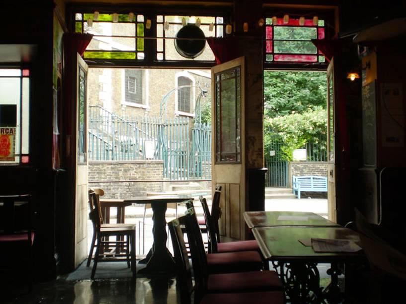 <strong>The Three Kings</strong>        De frente para uma igreja, o pequeno e aconchegante pub tem um globo de danceteria, jukebox e fotos de Chet Baker e Miles Davis nas paredes. Com mais um salão no andar de cima, serve rótulos como Woodberry e Wherry. <em>7 Clerkenwell Close, Clerkenwell Green</em>