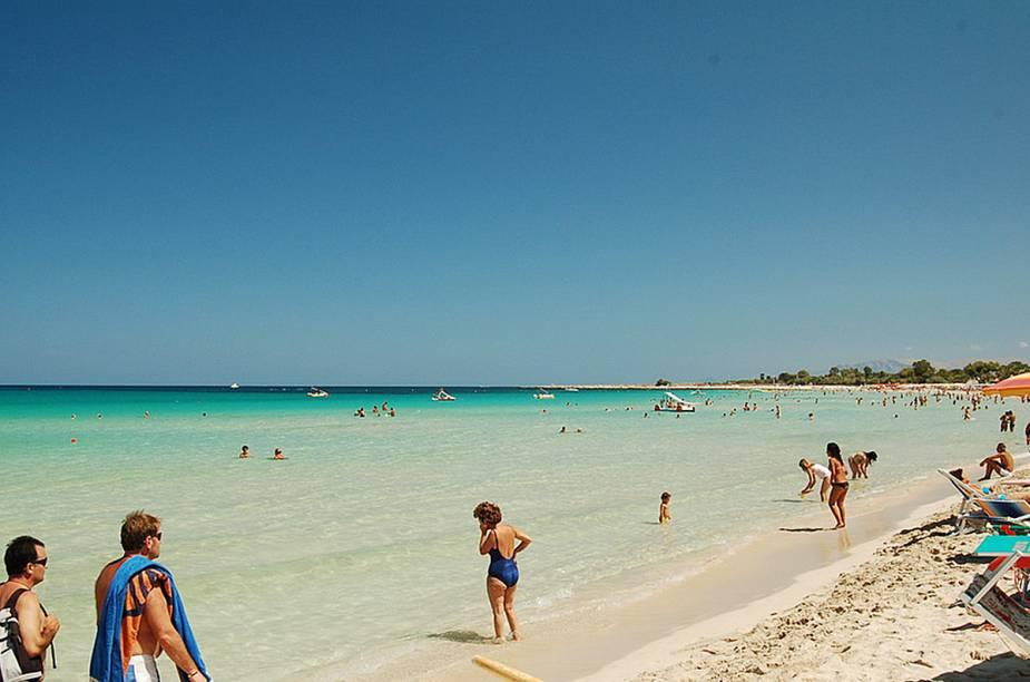 """<strong>San Vito Lo Capo</strong> A praia, que leva o nome da cidade, agrada as famílias, pois une beleza e conforto. Na extensa faixa de areia é possível encontrar serviço de praia e alimentação e a poucos metros da areia existe hospedagem e centros comerciais. Também é daquelas estilo piscina, quando dentro da água, não há dificuldade alguma para encontrar seu próprio pé.<a href=""""https://www.booking.com/searchresults.en-gb.html?aid=332455&lang=en-gb&sid=eedbe6de09e709d664615ac6f1b39a5d&sb=1&src=searchresults&src_elem=sb&error_url=https%3A%2F%2Fwww.booking.com%2Fsearchresults.en-gb.html%3Faid%3D332455%3Bsid%3Deedbe6de09e709d664615ac6f1b39a5d%3Bcity%3D-130729%3Bclass_interval%3D1%3Bdest_id%3D-117329%3Bdest_type%3Dcity%3Bdtdisc%3D0%3Bfrom_sf%3D1%3Bgroup_adults%3D2%3Bgroup_children%3D0%3Binac%3D0%3Bindex_postcard%3D0%3Blabel_click%3Dundef%3Bno_rooms%3D1%3Boffset%3D0%3Bpostcard%3D0%3Braw_dest_type%3Dcity%3Broom1%3DA%252CA%3Bsb_price_type%3Dtotal%3Bsearch_selected%3D1%3Bsrc%3Dsearchresults%3Bsrc_elem%3Dsb%3Bss%3DFavignana%252C%2520%25E2%2580%258BSicily%252C%2520%25E2%2580%258BItaly%3Bss_all%3D0%3Bss_raw%3DFavignana%3Bssb%3Dempty%3Bsshis%3D0%3Bssne_untouched%3DTeulada%26%3B&ss=San+Vito+lo+Capo%2C+%E2%80%8BSicily%2C+%E2%80%8BItaly&ssne=Favignana&ssne_untouched=Favignana&city=-117329&checkin_monthday=&checkin_month=&checkin_year=&checkout_monthday=&checkout_month=&checkout_year=&no_rooms=1&group_adults=2&group_children=0&highlighted_hotels=&from_sf=1&ss_raw=San+Vito+Lo+Capo&ac_position=0&ac_langcode=en&dest_id=-128948&dest_type=city&place_id_lat=38.175106&place_id_lon=12.733681&search_pageview_id=e9d690e148e50240&search_selected=true&search_pageview_id=e9d690e148e50240&ac_suggestion_list_length=5&ac_suggestion_theme_list_length=0"""" target=""""_blank"""" rel=""""noopener""""><em>Busque hospedagens emSan Vito Lo Capo no Booking.com</em></a>"""
