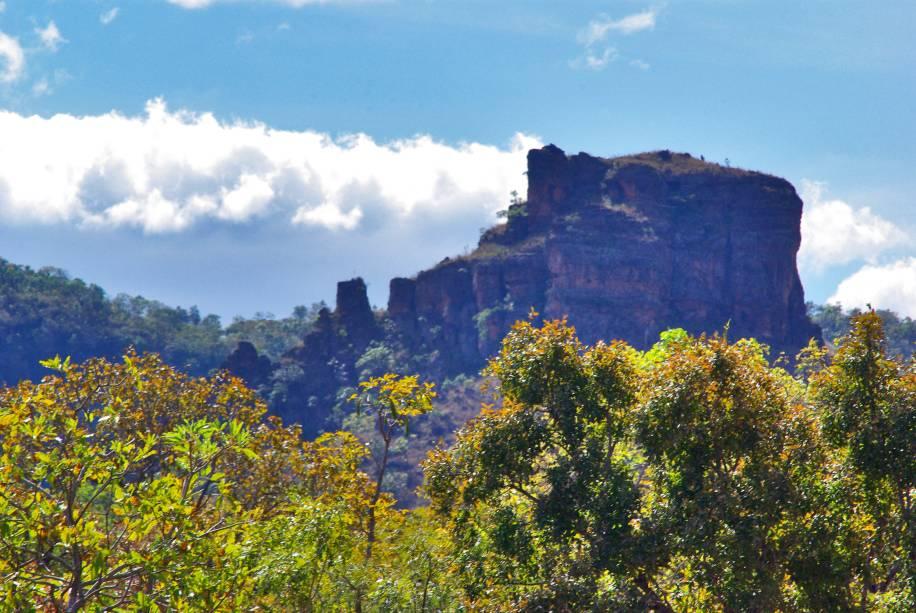 """<a href=""""http://viajeaqui.abril.com.br/estabelecimentos/br-ma-carolina-atracao-chapada-das-mesas"""" rel=""""Chapada das Mesas"""" target=""""_blank""""><strong>Chapada das Mesas</strong></a>    Várias formações rochosas compõem a paisagem da Chapada das Mesas, rodeada por árvores de porte médio e tronco retorcido, típicas do cerrado brasileiro"""