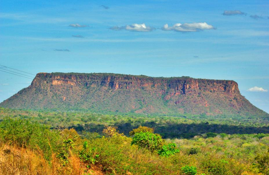 """<a href=""""http://viajeaqui.abril.com.br/estabelecimentos/br-ma-carolina-atracao-chapada-das-mesas"""" rel=""""Chapada das Mesas"""" target=""""_blank""""><strong>Chapada das Mesas</strong></a>    Com apenas 378 metros, o trekking para subir até o alto do Morro do Chapéu exige habilidade e experiência, pois é em terreno de rocha arenítica"""