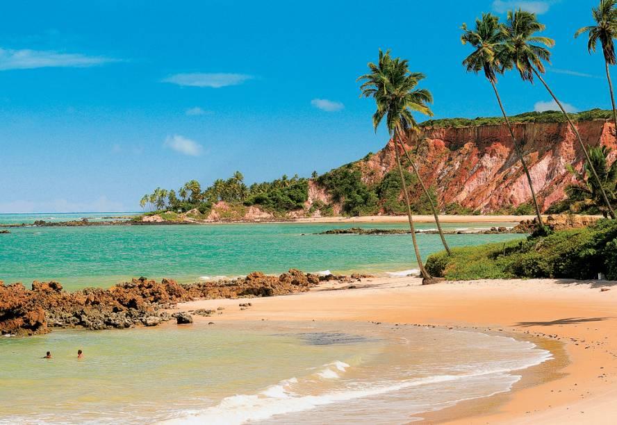 """Praias desertas, cachoeiras refrescantes e animais ameaçados de extinção compõem o cenário da <a href=""""http://viajeaqui.abril.com.br/cidades/br-sp-ilha-do-cardoso"""" target=""""_self"""">Ilha do Cardoso</a>, no estado de <a href=""""http://viajeaqui.abril.com.br/estados/br-sao-paulo"""" target=""""_self"""">São Paulo</a>. Transformada em Parque Estadual em 1962, preserva 15 mil hectares de Mata Atlântica intocada e é uma ótima opção para quem gosta de aventura e natureza. Leve sempre a sua máquina fotográfica com você, porque é comum avistar golfinhos na região"""