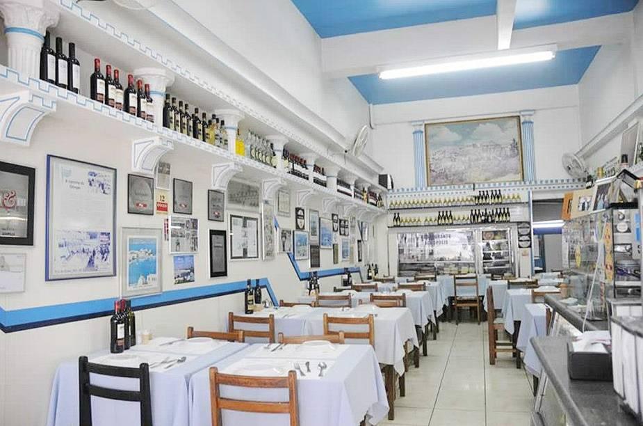 """<a href=""""http://viajeaqui.abril.com.br/estabelecimentos/br-sp-sao-paulo-restaurante-acropoles-001"""" rel=""""Restaurante Acrópoles"""" target=""""_blank""""><strong>Restaurante Acrópoles</strong></a>        Não se deixe enganar pela discrição e simplicidade do ambiente. O restaurante grego é estrelado pelo <strong>GUIA QUATRO RODAS</strong>. Para fazer o pedido, dispense o cardápio e vá direto ao balcão da cozinha """"bizoiar"""" as travessas. O prato é montado pelo cozinheiro de acordo com as vontades do cliente. Mussaká, lula recheada e camarão à parmegiana são boas pedidas."""