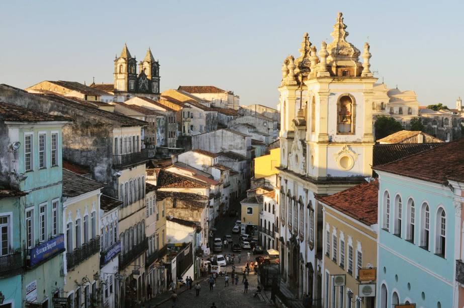 Nas ladeiras do Pelourinho, com calçamento pé de moleque, assim como ao redor de seus largos, espalham- se construções em estilo barroco português