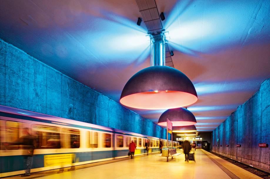 """<strong>Luz no meio do túnel</strong>Onze luminárias grandonas e classudonas com luzes azuis, vermelhas e amarelas – assinadas pelo bambambã da iluminação Ingo Maurer – são a grande bossa da estação de metrô Westfriedhof, em <a href=""""http://viajeaqui.abril.com.br/cidades/alemanha-munique"""" rel=""""Munique"""" target=""""_blank"""">Munique</a>. Como as paredes e o teto são azuis, o resultado geral é um clima modernoso, mas funcional pra caramba porque não há cantos escuros. Ah, e os metrôs não deixam os passageiros na mão"""