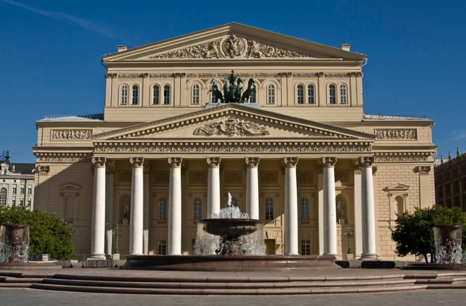 """<strong><a href=""""http://www.bolshoi.ru/en/"""" target=""""_blank"""" rel=""""noopener"""">Teatro Bolshoi</a>, <a href=""""http://viajeaqui.abril.com.br/cidades/russia-moscou"""" target=""""_blank"""" rel=""""noopener"""">Moscou</a>, <a href=""""http://viajeaqui.abril.com.br/paises/russia"""" target=""""_blank"""" rel=""""noopener"""">Rússia</a></strong> Fundada em 1776 pelo príncipe Piotr Uroussov, a Companhia do Bolshoi tinha por objetivo entreter a plateia com apresentações cênicas em locais privados. Anos depois, o local das apresentações foi transferido para o Teatro Petrovsky, destruído em um incêndio. Com isso, um delicado projeto de restauração foi iniciado para a consagração do Teatro Bolshoi em 1825. Desde então, o local tornou-se referência no mundo das artes com apresentações memoráveis de clássicos como <em>O Lago dos Cisnes</em> e <em>Giselle</em>. A filial da companhia localiza-se na cidade de <a href=""""http://viajeaqui.abril.com.br/cidades/br-sc-joinville"""" target=""""_blank"""" rel=""""noopener"""">Joinville (SC)</a>- a única fora da <a href=""""http://viajeaqui.abril.com.br/paises/russia"""" target=""""_self"""">Rússia</a>"""