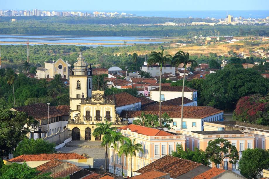 """<a href=""""http://viajeaqui.abril.com.br/estados/br-paraiba"""" target=""""_blank"""" rel=""""noopener""""><strong>João Pessoa (PB) </strong></a> Os prédios altos não têm vez na orla de João Pessoa, por lei. Os atrativos locais vão além da Praia do Bessa, a mais querida dos locais, e também se concentram no charmoso Centro Histórico, repleto de mercados com artigos artesanais ou vindos diretamente do sertão paraibano. Se tiver tempo, não deixe de viajar um pouco e conhecer Conde, que tem praias mais lindas ainda <a href=""""http://www.booking.com/city/br/joao-pessoa.pt-br.html?aid=332455&label=viagemabril-voltapelobrasil"""" target=""""_blank"""" rel=""""noopener""""><em>Veja hotéis em João Pessoa no booking.com</em></a>"""
