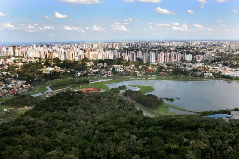 """<strong><a href=""""http://viajeaqui.abril.com.br/estabelecimentos/br-pr-curitiba-atracao-parque-barigui"""" rel=""""Parque Barigui"""">Parque Barigui</a>: </strong>é o mais frequentado, com lanchonetes, pista de corrida e o Museu do Automóvel. Avenida General Mário Tourinho, início da BR -277 p/ Ponta Grossa – Funciona 24 horas."""