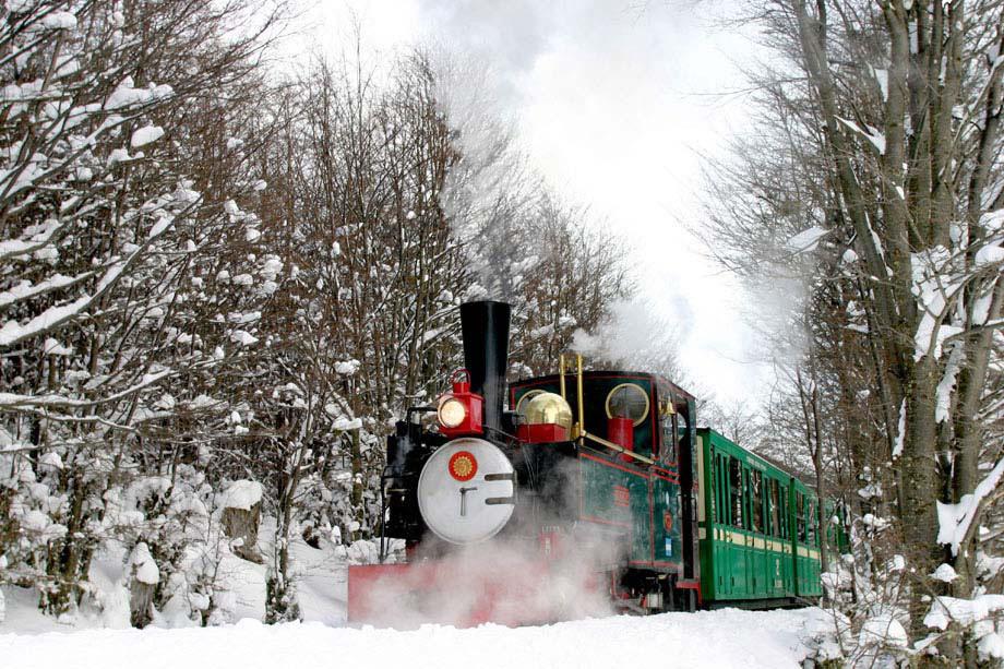 O trem turístico do Fim do Mundo atravessa vales e montanhas do Parque Nacional Terra do Fogo