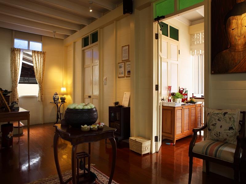 Construído em uma casa em estilo colonial tailandês de cerca de 90 anos, o Baan Dinso possui decoração agradável e de muito bom gosto