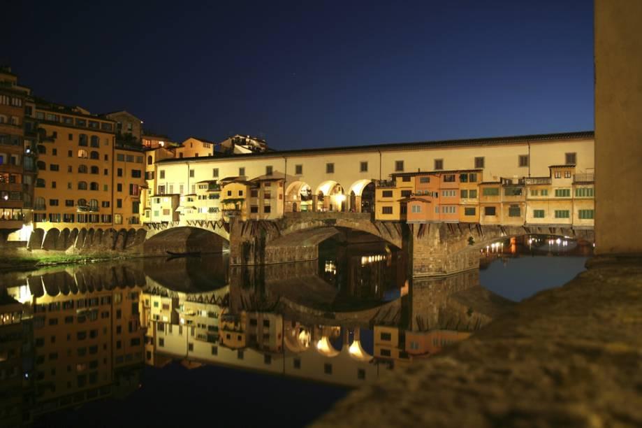 Construída em 1345, a <strong>Ponte Vecchio</strong> sobre o Rio Arno sobreviveu a inundações e bombardeios nazistas