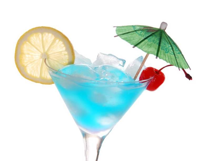 O famoso licor de laranja Curaçao Blue tem a mesma cor azul das águas que cercam a ilha