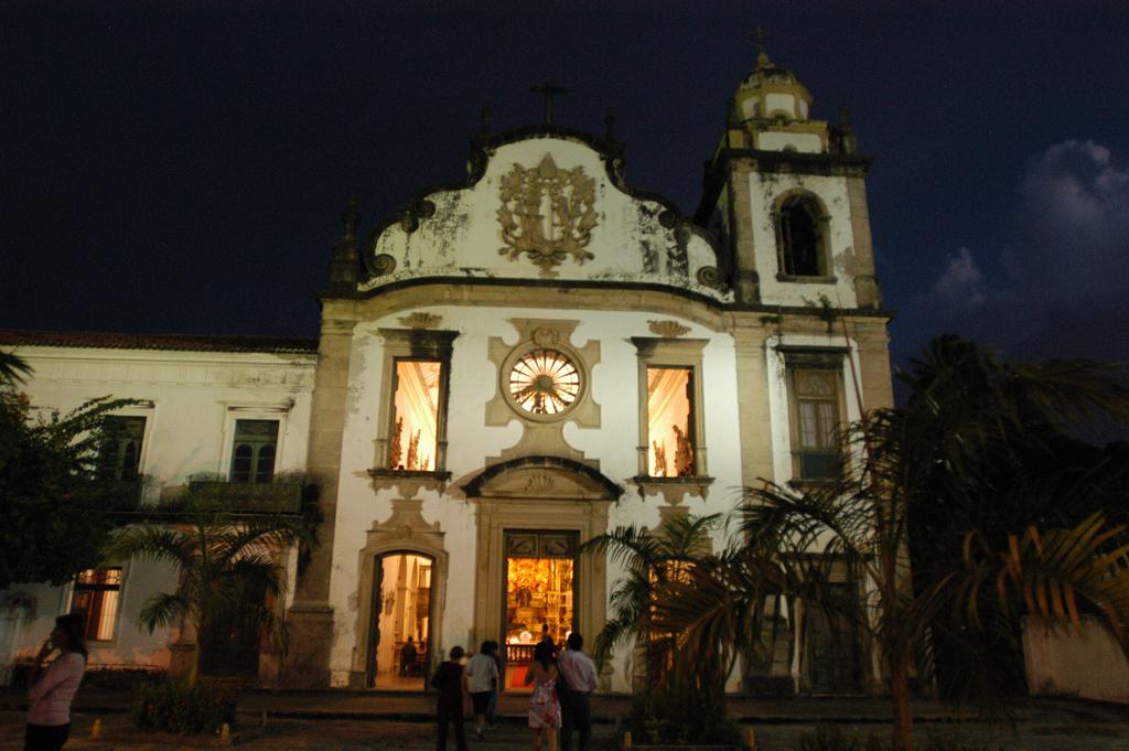 A Basílica de São Bento, de 1582, é a mais rica igreja de Olinda. Ostenta um altar de madeira entalhado em estilo barroco, revestido com 28 kg de ouro