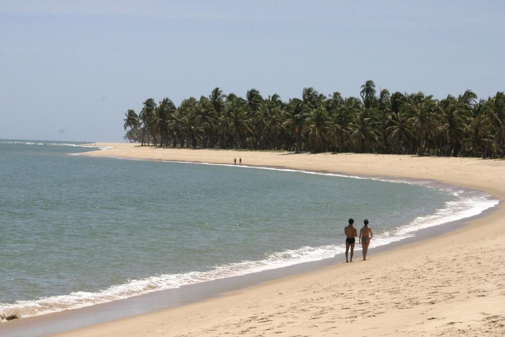 A Praia do Gunga é bem movimentada apesar do difícil acesso – não há sinalização na estrada. Quem busca mais sossego deve procurar as extremidades
