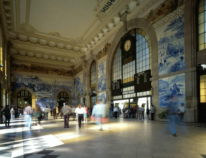 Erguida no local de um antigo convento, no inicio do século 20, a Estação de São Bento tem 20 mil azulejos que resumem a história de Portugal