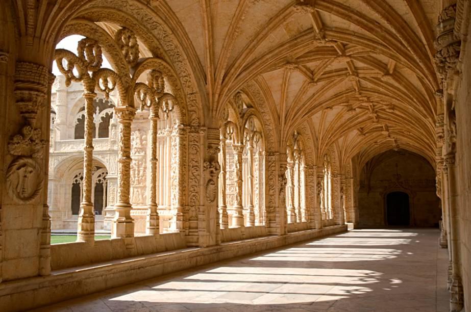 O claustro do Mosteiro dos Jerónimos é decorado com cruzes, símbolos da arte da navegação e animais exóticos. Na ala norte encontra-se o túmulo do poeta Fernando Pessoa