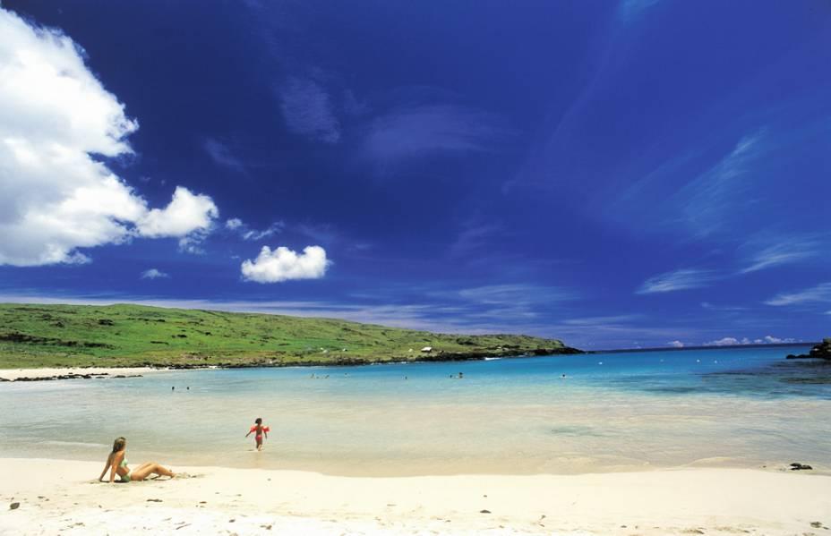 """Com águas azul-turquesa e areia rosada, a <strong>Praia de Anakena</strong> é a mais famosa da <a href=""""http://viajeaqui.abril.com.br/cidades/chile-ilha-de-pascoa"""" rel=""""Ilha de Páscoa"""" target=""""_blank""""><strong>Ilha de Páscoa</strong></a>. A região abriga o altar de cerimônia Ahu Nau Nau, com sete <strong>moais</strong> restaurados da década de 80 pelo arqueólogo Sérgio Rapu"""