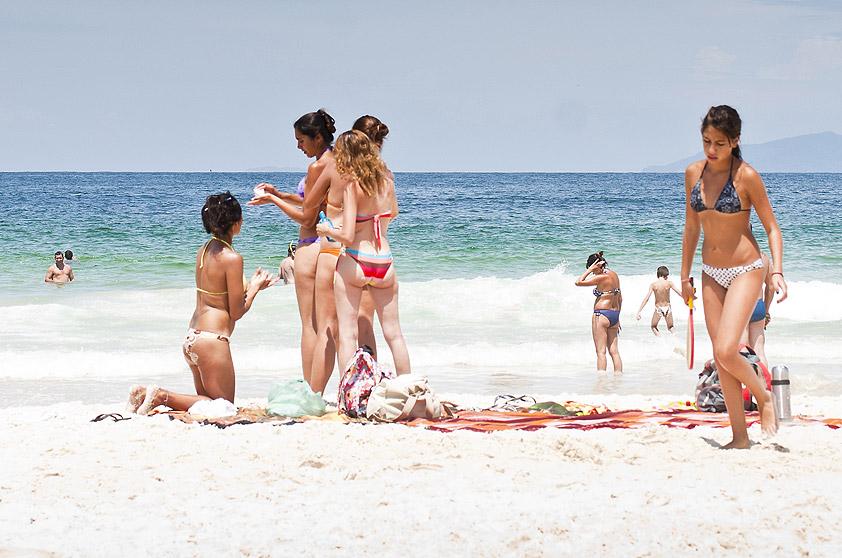 """<strong>9. Praia de Quatro Ilhas, Bombinhas</strong> É a preferida dos surfistas, que concorrem pelas ondas desse mar de tombo – pouco indicado para crianças. <a href=""""https://www.booking.com/searchresults.pt-br.html?aid=332455&lang=pt-br&sid=eedbe6de09e709d664615ac6f1b39a5d&sb=1&src=index&src_elem=sb&error_url=https%3A%2F%2Fwww.booking.com%2Findex.pt-br.html%3Faid%3D332455%3Bsid%3Deedbe6de09e709d664615ac6f1b39a5d%3Bsb_price_type%3Dtotal%26%3B&ss=Praia+de+Quatro+Ilhas%2C+Bombinhas%2C+Santa+Catarina%2C+Brasil&checkin_monthday=&checkin_month=&checkin_year=&checkout_monthday=&checkout_month=&checkout_year=&no_rooms=1&group_adults=2&group_children=0&from_sf=1&ss_raw=Praia+de+Quatro+Ilhas+&ac_position=0&ac_langcode=xb&dest_id=16020&dest_type=district&search_pageview_id=a9436f24733f04e6&search_selected=true&search_pageview_id=a9436f24733f04e6&ac_suggestion_list_length=5&ac_suggestion_theme_list_length=0&map=1"""" target=""""_blank"""" rel=""""noopener""""><em>Busque hospedagens na Praia de Quatro Ilhas no Booking.com</em></a>"""
