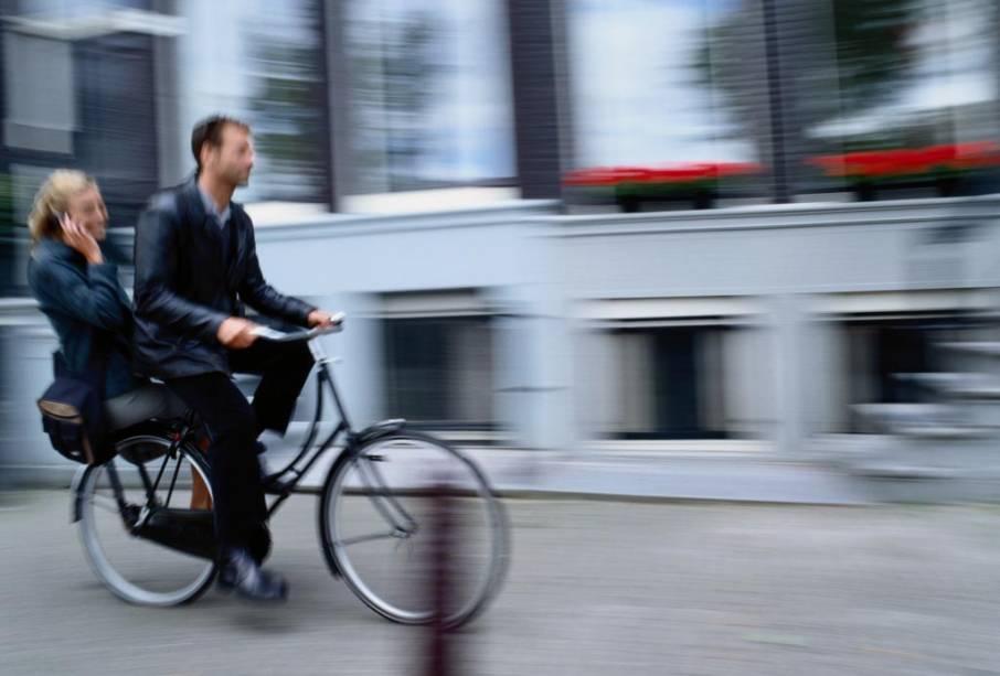 Por ser plana, Amsterdã tem ciclovias por toda parte e placas e semáforos exclusivos para bicicletas