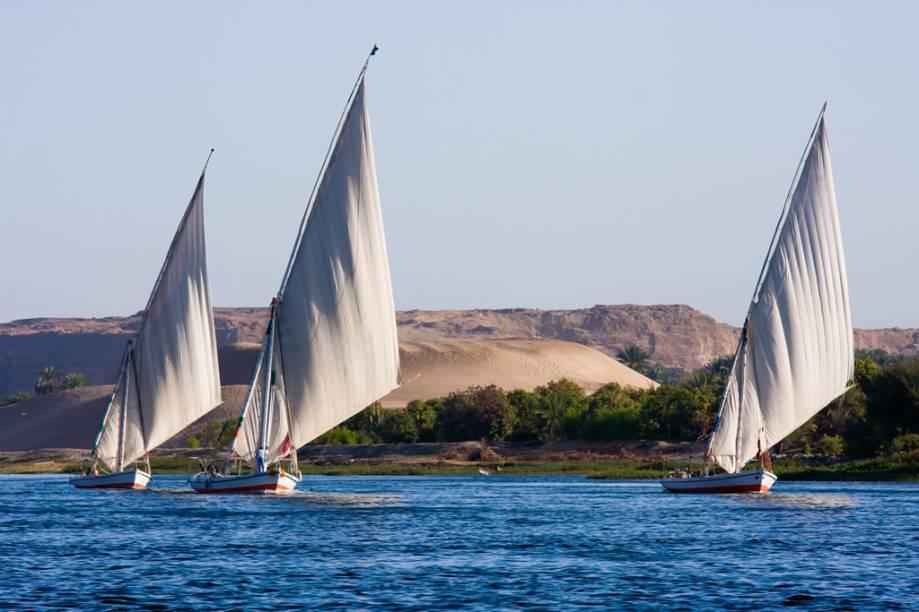 As feluccas, tradicionais embarcações de velas triangulares, são um dos passeios imperdíveis em Aswan