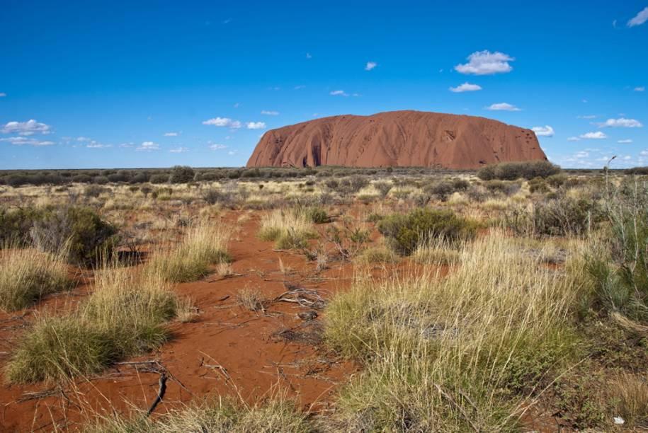 O maior monolito da Terra, o Uluru, é considerado sagrado pelos povos aborígenes da Austrália