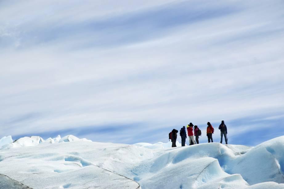 Depois de caminhar na superfície da Geleira Perito Moreno, os visitantes fazem um brinde coletivo com uísque – e usando gelo do próprio glaciar