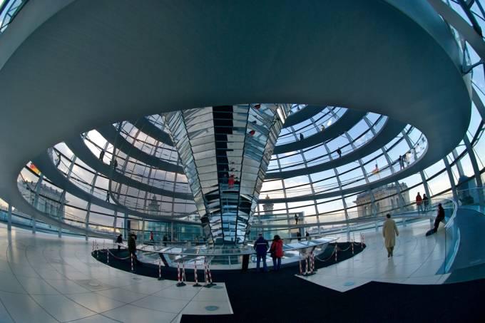 Cúpula de vidro do Reichstag, atual sede do Parlamento Alemão, em Berlim