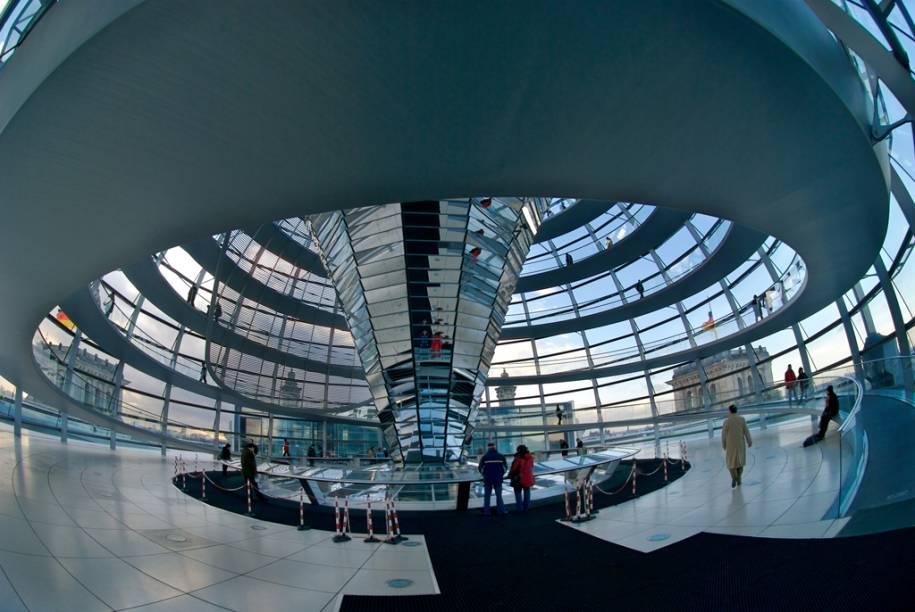 Cúpula de vidro do Reichstag, atual sede do Parlamento Alemão