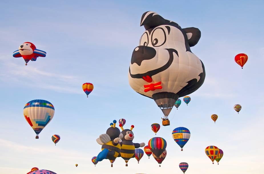 """No Novo México, a cidade de Walter White e Jesse Pinkman (da série """"Breaking Bad"""") é também palco do Festival Internacional de Balonismo, o mais famoso do mundo em balões. Vale a pena se programar para conhecer a cidade enquanto o festival acontece, quase mil balões decolam. Também há realização de passeios turísticos, as condições climática de Albuquerque são ideais para um voo."""