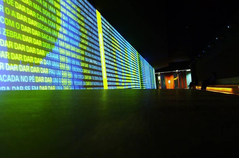 """<strong>2. <a href=""""http://viajeaqui.abril.com.br/estabelecimentos/br-sp-sao-paulo-atracao-museu-da-lingua-portuguesa"""" rel=""""Museu da Língua Portuguesa"""" target=""""_blank"""">Museu da Língua Portuguesa</a></strong>            Foi o primeiro museu paulistano a apostar nas inovações tecnológicas. Entre elas, um enorme painel audiovisual mostra que gírias, jargões e neologismos fazem de cada cidadão um autor do vocabulário.            <a href=""""http://viajeaqui.abril.com.br/estabelecimentos/br-sp-sao-paulo-atracao-museu-da-lingua-portuguesa/mapa"""" rel=""""Veja o mapa"""" target=""""_blank"""">Veja o mapa</a>"""