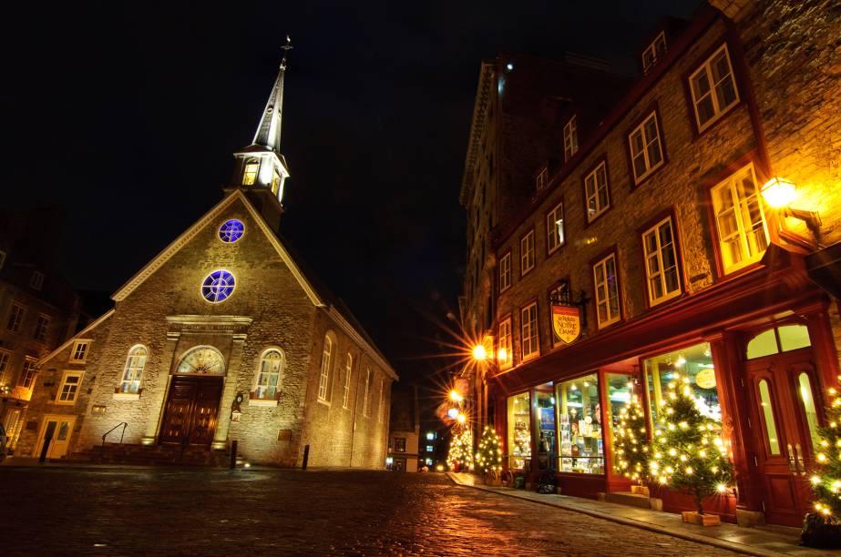 """<a href=""""http://viajeaqui.abril.com.br/cidades/canada-quebec"""" rel=""""Quebec – Canadá """" target=""""_blank""""><strong>Quebec – Canadá </strong></a>As construções vitorianas da parte antiga da cidade dão o tom especial, e a neve que cobre parte das ruas e telhados é a cereja do bolo. A cidade toda se ilumina e se adereça para as comemorações natalinas. O destino também é conhecido pelo seu Natal ecológico, no qual uma gigantesca árvore de natal construída com materiais reciclados ganha luzes e enfeites e faz a festa do público<a href=""""http://www.booking.com/city/ca/quebec.pt-br.html?aid=332455&label=viagemabril-natal"""" rel=""""Veja hotéis em Quebec no booking.com"""" target=""""_blank""""><em>Veja hotéis em Quebec no Booking.com</em></a>"""