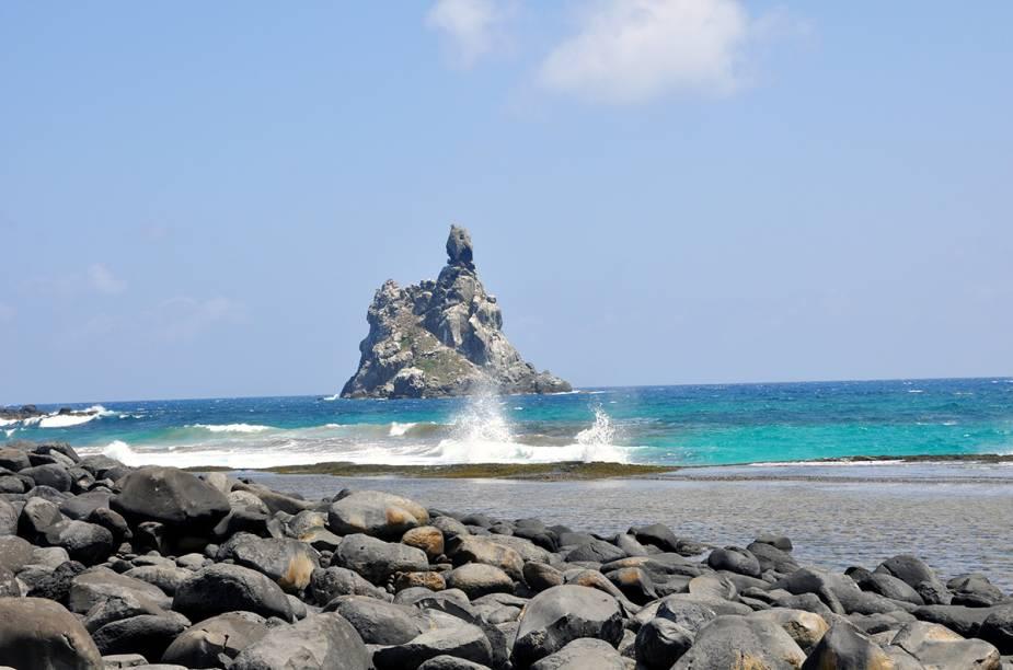 """<a href=""""http://viajeaqui.abril.com.br/estabelecimentos/br-pe-fernando-de-noronha-atracao-praia-da-atalaia"""" rel=""""Praia da Atalaia - Fernando de Noronha"""" target=""""_blank""""><strong>Praia da Atalaia - Fernando de Noronha</strong></a>        A praia fica no mar de fora. É protegida por recifes que na maré baixa formam uma piscina natural."""