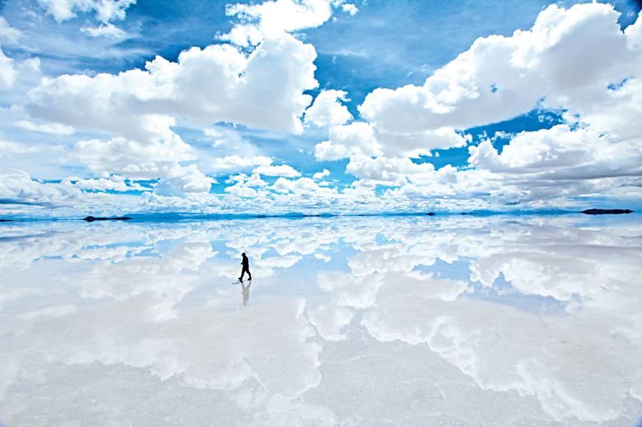 """Já que os desertos costumam proporcionar experiências místicas – ou quase – aos seus visitantes, o <a href=""""http://viajeaqui.abril.com.br/cidades/bolivia-uyuni"""" target=""""_blank"""">Salar de Uyuni</a>, na <a href=""""http://viajeaqui.abril.com.br/paises/bolivia"""" target=""""_blank"""">Bolívia</a>, vai logo pras cabeças. No período chuvoso do verão, leva os viajantes ao paraíso. Saturada por centímetros de água, a maior planície de sal do mundo reflete as nuvens – e céu e chão parecem uma coisa só. Considerando a altitude do lugar (são uns 3 650 metros), é a experiência mais próxima do celestial a que um pobre e pecador turista pode chegar. Às vezes, o efeito desnorteante do espelho-d'água ainda vem com um bônus: dá pra ver flamingos passeando por ali"""