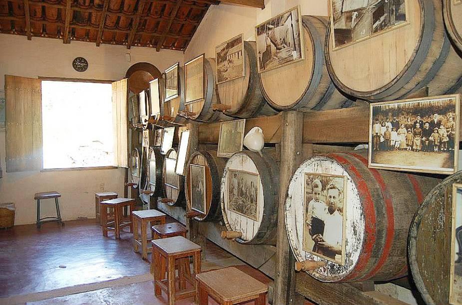 """A cidade, cercada por montanhas, tem mais de 50 <a href=""""http://viajeaqui.abril.com.br/estabelecimentos/br-sp-monte-alegre-do-sul-atracao-cachacas"""" target=""""_blank"""">alambiques</a> que produzem cachaça de primeira. Entre os alambiques que podem ser visitados estão Neno Campanari (foto), Cantinho da Ni, Adega Peterlini, Adega Nono Rouxinolli, Adega do italiano, Adega Chora Menina e <a href=""""http://viajeaqui.abril.com.br/estabelecimentos/br-sp-monte-alegre-do-sul-atracao-espaco-da-fonte"""" target=""""_blank"""">Espaço da Fonte</a>."""