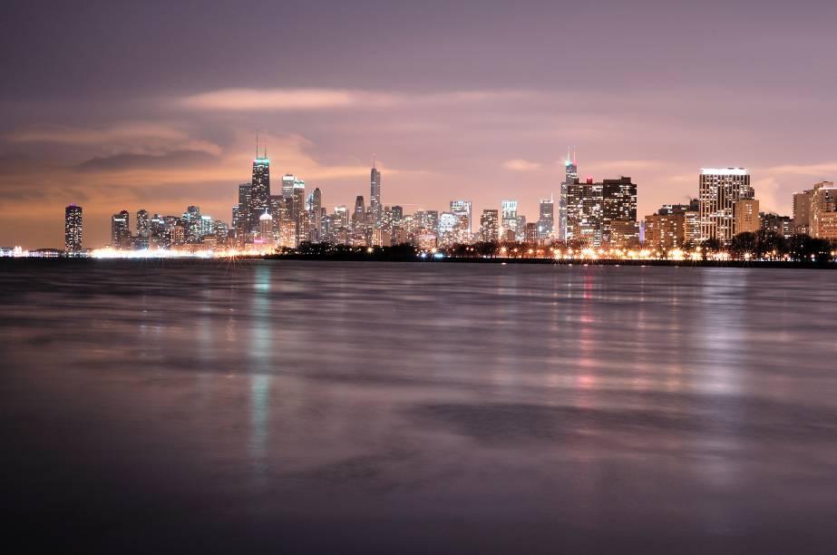 """<strong>7º Lugar: <a href=""""http://viajeaqui.abril.com.br/cidades/estados-unidos-chicago"""" rel=""""Chicago, EUA"""" target=""""_blank"""">Chicago, EUA</a></strong>A cidade dos ventos se transforma ao anoitecer e mostra sua face iluminada<a href=""""http://www.booking.com/city/us/chicago.pt-br.html?aid=332455&label=viagemabril-skylines"""" rel=""""Veja hotéis em Chicago no booking.com"""" target=""""_blank""""><em>Veja hotéis em Chicago no booking.com</em></a>"""