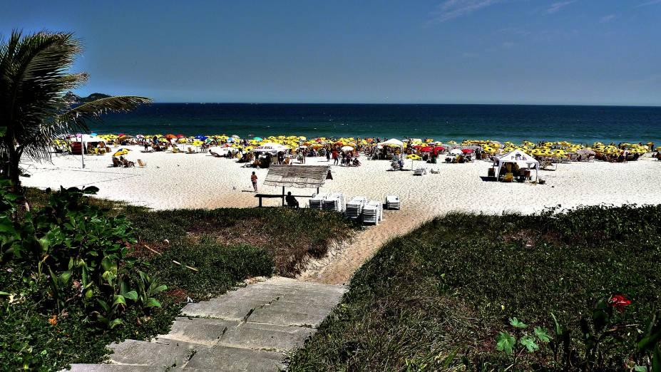 """<a href=""""http://viajeaqui.abril.com.br/estabelecimentos/br-rj-rio-de-janeiro-atracao-praia-da-barra-barra-da-tijuca"""" rel=""""Barra da Tijuca"""" target=""""_blank""""><strong>Barra da Tijuca</strong></a>            O alto padrão das construções ao redor é o que marca a Tijuca. Há quem considere essa uma das praias mais democráticas do Rio. Enquanto os famosos costumam frequentar a faixa de areia entre os postos 4 e 6, o posto 8 é procurado por moradores das comunidades da região"""