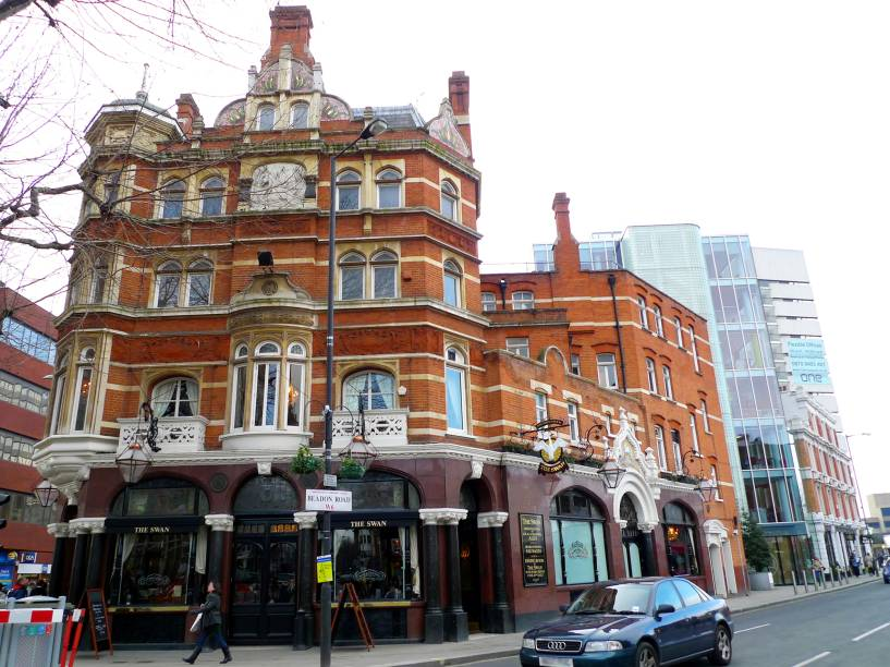 <strong>The Swan</strong>        Uma quantidade de real ales de respeito encorpa o pub, localizado bem à frente da saída principal da estação de metrô Hammersmith. No balcão, uma lousa registra diariamente as quase dez marcas de ales, que vão da Nicholson's à saborosa Knight of the Garter, passando pelas incomuns Darksland e Jaipur. <em>46 Hammersmith Broadway, Hammersmith</em>