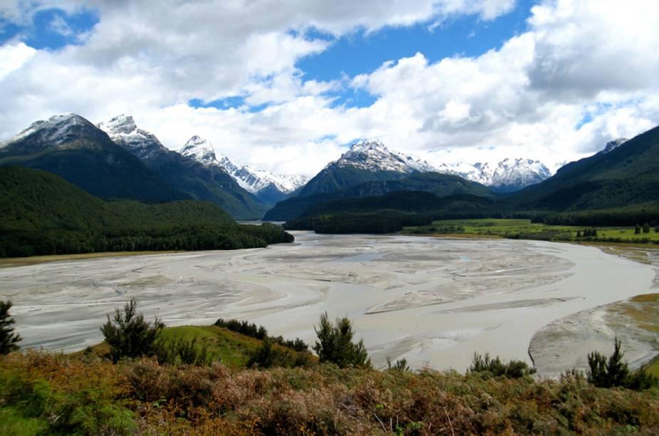 """<strong>2. O Senhor dos Anéis (2001–2003)</strong>            A trilogia baseada nos livros de J.R.R. Tolkien virou propaganda turística da <a href=""""http://viajeaqui.abril.com.br/paises/nova-zelandia"""" rel=""""Nova Zelândia"""" target=""""_blank"""">Nova Zelândia</a>, terra natal do diretor Peter Jackson: os filmes desdobram as paisagens das ilhas de norte a sul. O cenário verde-bucólico de Matamata, na ilha Norte, por exemplo, virou <a href=""""http://viajeaqui.abril.com.br/materias/passeio-leva-turistas-a-terra-media-dos-filmes-o-hobbit-e-o-senhor-dos-aneis"""" rel=""""Hobbiton"""" target=""""_blank"""">Hobbiton</a>, e hoje recebe gente do mundo todo para conhecer a cidade de Bilbo e Frodo Baggins (nos Hobbiton Movie Set Tours). Na foto está a região de Paradise, próxima à vila de Glenorchy. Por ali fica a """"floresta de Lothlórien"""" do filme, onde houve uma batalha contra os Orcs"""