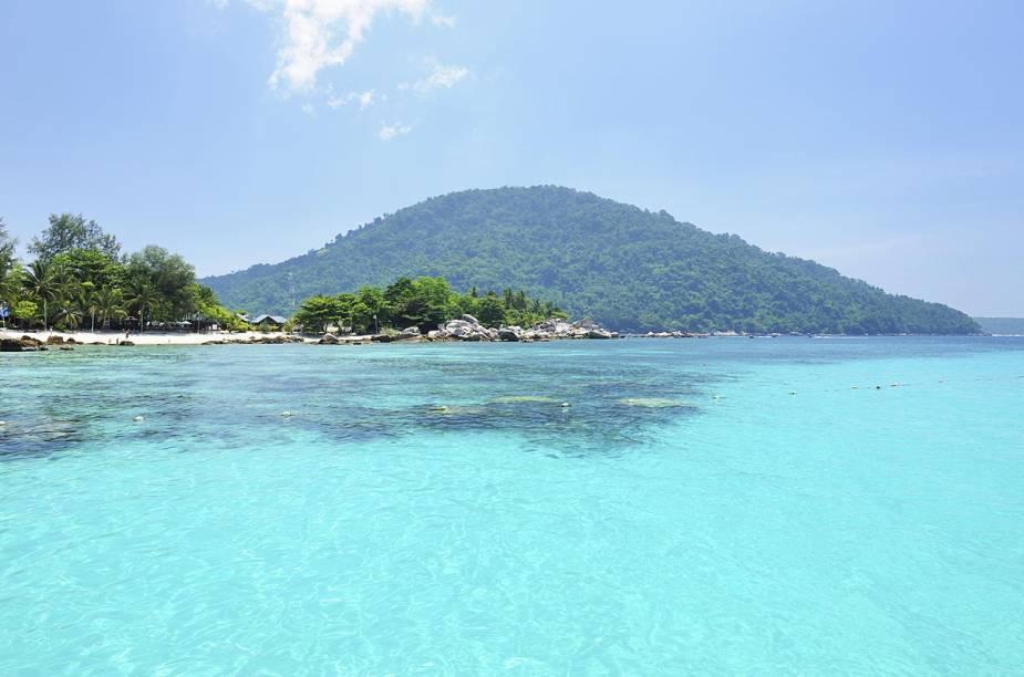 """<strong>Ilhas Perhentian (<a href=""""http://viajeaqui.abril.com.br/paises/malasia"""" rel=""""Malásia"""" target=""""_blank"""">Malásia</a>)</strong>                                Vizinhas da Tailândia (hoje o principal destino de praias do Sudeste Asiático), as ilhas malaias de Perhentian não fazem feio – e é estranho que elas não sejam tão conhecidas no exterior como as ilhas Phi Phi ou Phuket. Este arquipélago localizado no extremo norte da Malásia oferece bangalôs """"pé na areia"""" para abrigar seus turistas, e praias banhadas por um oceano de cor azul-turquesa."""