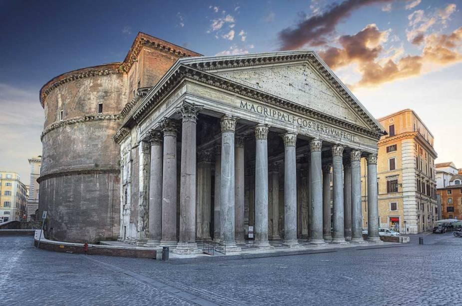 No Panteão romano, 16 colunas coríntias (cada uma é um bloco de pedra maciço) sustentam a entrada para o templo