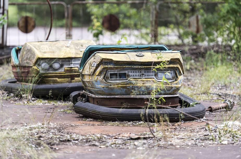 Carrinho de parque de diversões foi abandonado na pista, que agora está coberta de mato