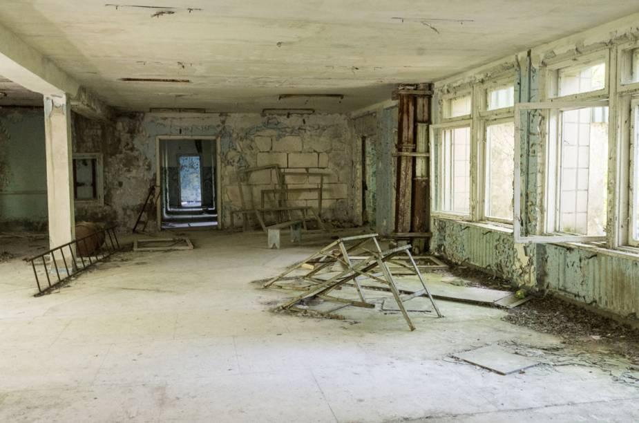 O interior de um prédio, em semi-ruína
