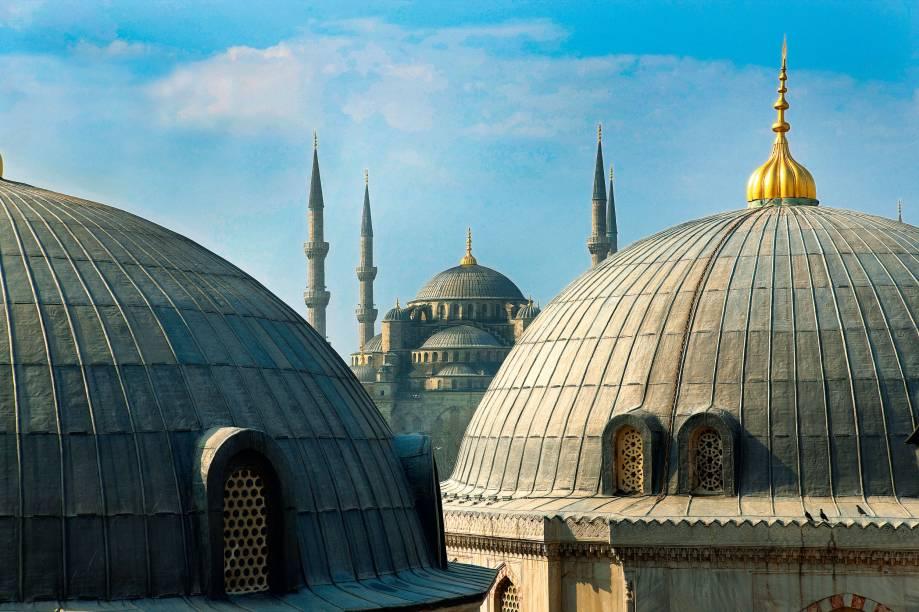 <strong>2. Istambul, Turquia</strong>Foi a cidade mais rica e poderosa da cristandade, quando ainda se chamava Bizâncio. Vestígio imponente desse passado é a Basílica Aya Sofy, concluída em 537. Séculos depois, quando a cidade ganhou o nome atual, sob domínio otomano, a igreja virou mesquita. Nesse período, foi erguida a Mesquita Azul, outro ícone sagrado