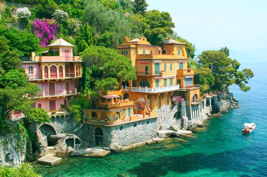 """<a href=""""http://viajeaqui.abril.com.br/cidades/italia-portofino"""" target=""""_blank"""" rel=""""noopener""""><strong>Portofino</strong></a> Pequena no tamanho, grande na badalação. Portofino é destino de celebridades que buscam um refúgio maravilhoso. O destino, luxuoso, não é dos mais baratos, ter um iate é quase um requisito. Se a grana sobrar, o custo compensa o passeio.<em><a href=""""https://www.booking.com/searchresults.en-gb.html?aid=332455&lang=en-gb&sid=eedbe6de09e709d664615ac6f1b39a5d&sb=1&src=searchresults&src_elem=sb&error_url=https%3A%2F%2Fwww.booking.com%2Fsearchresults.en-gb.html%3Faid%3D332455%3Bsid%3Deedbe6de09e709d664615ac6f1b39a5d%3Bcity%3D-118400%3Bclass_interval%3D1%3Bdest_id%3D1754%3Bdest_type%3Dregion%3Bdtdisc%3D0%3Bfrom_sf%3D1%3Bgroup_adults%3D2%3Bgroup_children%3D0%3Binac%3D0%3Bindex_postcard%3D0%3Blabel_click%3Dundef%3Bno_rooms%3D1%3Boffset%3D0%3Bpostcard%3D0%3Braw_dest_type%3Dregion%3Broom1%3DA%252CA%3Bsb_price_type%3Dtotal%3Bsearch_selected%3D1%3Bsrc%3Dsearchresults%3Bsrc_elem%3Dsb%3Bss%3DCinque%2520Terre%252C%2520%25E2%2580%258BItaly%3Bss_all%3D0%3Bss_raw%3DCinque%2520Terre%3Bssb%3Dempty%3Bsshis%3D0%3Bssne_untouched%3DGenoa%26%3B&ss=Portofino%2C+%E2%80%8BLiguria%2C+%E2%80%8BItaly&ssne=Cinque+Terre&ssne_untouched=Cinque+Terre&checkin_monthday=&checkin_month=&checkin_year=&checkout_monthday=&checkout_month=&checkout_year=&no_rooms=1&group_adults=2&group_children=0&highlighted_hotels=&from_sf=1&ss_raw=Portofino&ac_position=0&ac_langcode=en&dest_id=-125543&dest_type=city&place_id_lat=44.304901&place_id_lon=9.20629&search_pageview_id=440f91c80be30026&search_selected=true&search_pageview_id=440f91c80be30026&ac_suggestion_list_length=5&ac_suggestion_theme_list_length=0"""" target=""""_blank"""" rel=""""noopener"""">Busque hospedagens em Portofino no Booking.com</a></em>"""