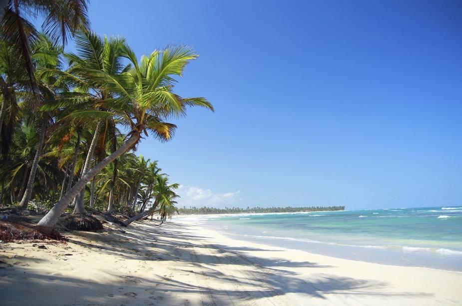 """<strong><a href=""""http://viajeaqui.abril.com.br/estabelecimentos/republica-dominicana-punta-cana-atracao-isla-saona"""" rel=""""Ilha Saona (República Dominicana)"""" target=""""_blank"""">Ilha Saona (República Dominicana)</a></strong>    Punta Cana, na República Dominicana, é um destino cada vez mais populares entre os turistas brasileiros – principalmente aqueles que acabam de se casar. Mas não são todos que, durante sua confortável estadia nos hotéis all-inclusive do balneário, resolvem pegar um barco e ir até a ilha Saona, localizada a duas horas de Punta Cana."""