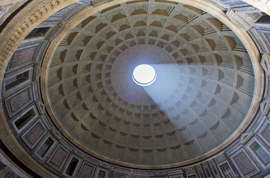 A imensa abertura circular no teto permite a passagem de luz natural, iluminando o interior do prédio e intrigando arquitetos do mundo inteiro