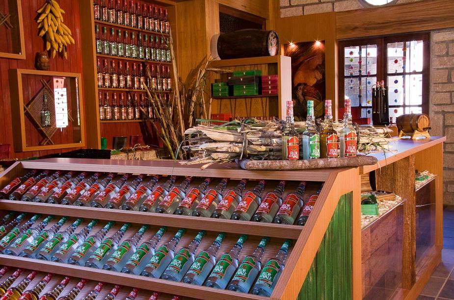 """Um dos atrativos da cidade é o <a href=""""http://viajeaqui.abril.com.br/estabelecimentos/br-rs-canela-atracao-alambique-flor-do-vale"""" target=""""_blank"""">Alambique Flor do Vale</a>. Os turistas podem conhecer o processo de fabricação da cachaça e adquirir produtos """"fresquinhos"""" na lojinha."""